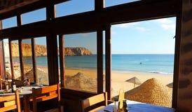 Vue panoramique de la plage de Sagres à l'intérieur d'un restaurant, plages d'Algarve, au sud du Portugal Image libre de droits