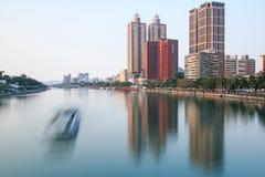 Vue panoramique de la rivière d'amour de Kaohsiung du pont sur la route de Wufu Image libre de droits