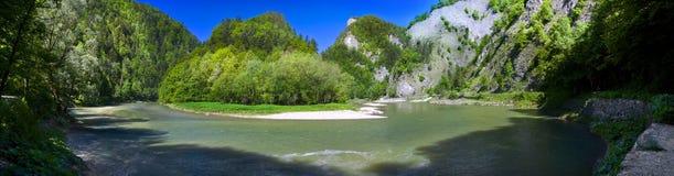 Vue panoramique de la rivière de montagne de Dunajec Images stock