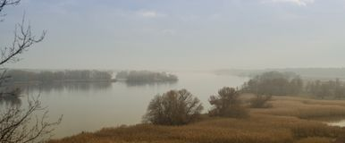 Vue panoramique de la rivière de Dnieper dans la brume brumeuse d'automne Région de Zaporozhye, Ukraine images libres de droits