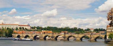 Vue panoramique de la rivière de Vltava, Charles Bridge célèbre photo stock