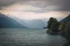 Vue panoramique de la Suisse d'un lac un jour orageux Image libre de droits