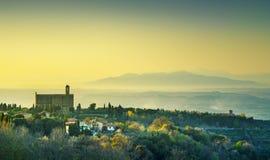 Vue panoramique de la Toscane, du Volterra et église de San Giusto Nuovo à photos libres de droits