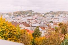 Vue panoramique de la vieille ville de Lviv, Ukraine des collines de parc de citadelle images stock
