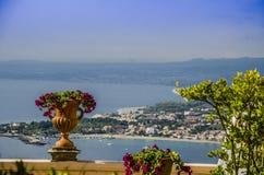 Vue panoramique de la ville du taormina de la côte sicilienne Images stock