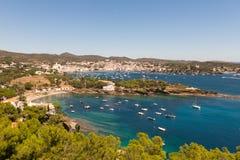 Vue panoramique de la ville espagnole de Cadaques Images libres de droits