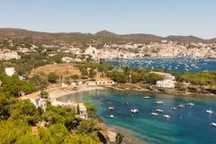 Vue panoramique de la ville espagnole de Cadaques Image libre de droits
