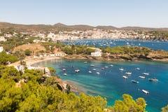 Vue panoramique de la ville espagnole de Cadaques Photo stock