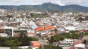 Vue panoramique de la ville de Loja en Equateur avec des montagnes sur l'horizon banque de vidéos
