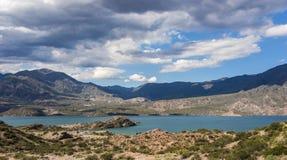 Vue panoramique de lac Potrerillos dans la région de Mendoza de l'Argentine avec des nuages image libre de droits