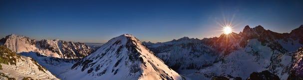 Vue panoramique de lever de soleil en haute montagne de Tatra Crête de Miedziane Photo stock
