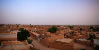 Vue panoramique de lever de soleil aérien à la vieille ville d'Agadez, air, Niger Image stock