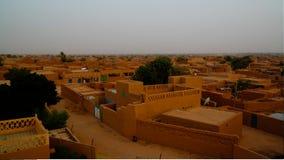Vue panoramique de lever de soleil aérien à la vieille ville d'Agadez, air, Niger Photo stock