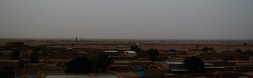 Vue panoramique de lever de soleil aérien à la vieille ville d'Agadez, air, Niger Images stock