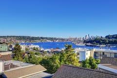 Vue panoramique de littoral avec des yachts dans le port Photo libre de droits