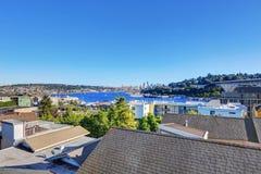 Vue panoramique de littoral avec des yachts dans le port Image stock