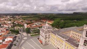 Vue panoramique de Mafra et façade du palais royal dans Marfa, Portugal, le 10 mai 2017 Silhouette d'homme se recroquevillant d'a clips vidéos