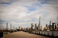 Vue panoramique de Manhattan inférieure de Jersey City, NY, Etats-Unis d'un parc image stock