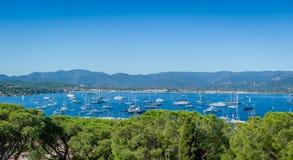 Vue panoramique de marina et d'ancrage de yacht de Saint Tropez image stock