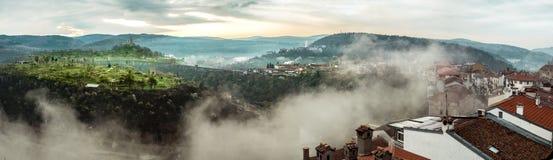 Vue panoramique de matin au-dessus de la ville de Veliko Tarnovo et de la forteresse de Tsarevets images stock