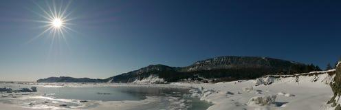 Vue panoramique de matin de scène côtière d'hiver en parc national de Forillon, Canada photographie stock libre de droits