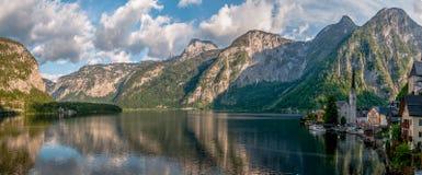 Vue panoramique de mer de Hallstatt, de montagne et de beau village Photos stock