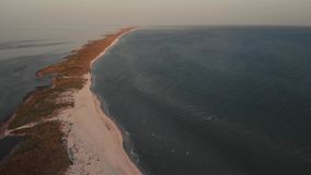 Vue panoramique de mer paisible et de côte arénacée banque de vidéos