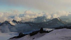 Vue panoramique de montagne d'Elbrus banque de vidéos