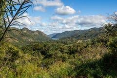 Vue panoramique de montagne de cascade d'EL Nicho, palmiers, lac Photos libres de droits