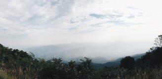 Vue panoramique de montagnes de paysage avec le ciel lumineux Photos libres de droits