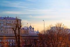 Vue panoramique de Moscou Passage supérieur sur Prospekt Mira Bâtiments résidentiels et l'église de l'icône de Tikhvin de la mère photographie stock libre de droits