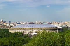 Vue panoramique de Moscou de Vorobyovy sanglant Ville de Moscou ?t? Stade de Luzhniki, la grande arène de sports images stock