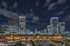 Vue panoramique de nuit de côté de Marunouchi de gare ferroviaire de Tokyo images libres de droits