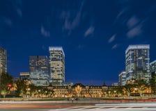 Vue panoramique de nuit de côté de Marunouchi de gare ferroviaire de Tokyo images stock