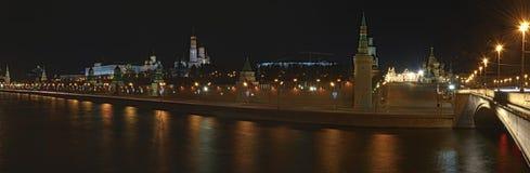 Vue panoramique de nuit de rivière et de Kremlin de Moscou Images libres de droits