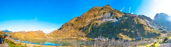 Vue panoramique de parc national de Torres del Paine et de deux randonneurs images libres de droits