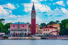 Vue panoramique de pavillon de l'Italie sur le fond nuageux de ciel bleu-clair chez Epcot en Walt Disney World image stock