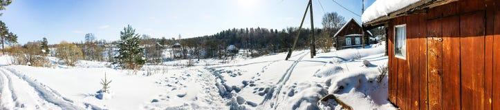 vue panoramique de peu de village russe en hiver Photos stock