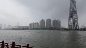 Vue panoramique de pilier inondé de la rivière Zhujiang banque de vidéos