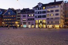 Vue panoramique de place de Munsterhof avec des maisons de guilde la nuit, Photographie stock libre de droits