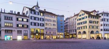 Vue panoramique de place de Munsterhof avec des maisons de guilde la nuit, Photos libres de droits