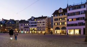 Vue panoramique de place de Munsterhof avec des maisons de guilde la nuit, Photo stock