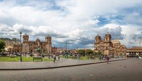 Vue panoramique de Plaza de Armas avec la fontaine d'Inca, la cathédrale et le Compania De Jesus Church - Cusco, Pérou Image stock