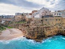 Vue panoramique de Polignano. Apulia. Images libres de droits