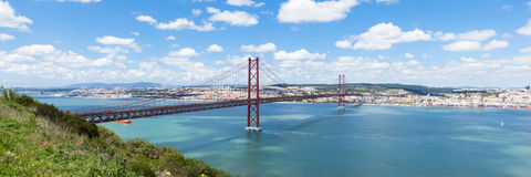 Vue panoramique de pont de 25 de Abril (avril) à Lisbonne - Portuga Photos stock