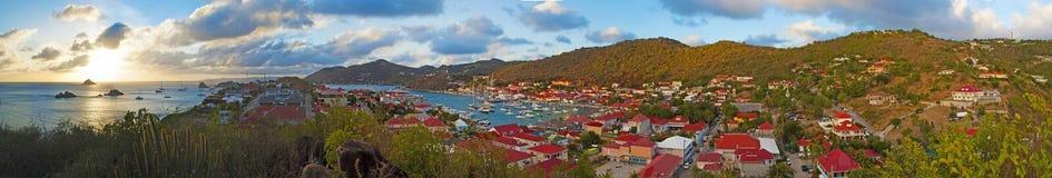 Vue panoramique de port de Gustavia vue de la colline de Karl de fort, St Barth, voiliers photographie stock