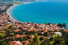 Vue panoramique de port de pêche dans la ville de Nafpaktos Images libres de droits