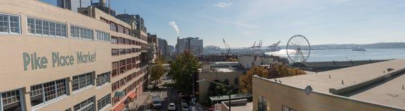 Vue panoramique de port de Pike Market Place, de grande roue, d'Elliott Bay et de Seattle image libre de droits