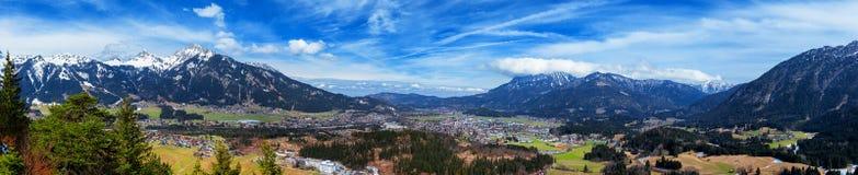 Vue panoramique de Reutte avec des Alpes et des nuages, image de haute résolution Alpes, Tyrol, Autriche Images stock