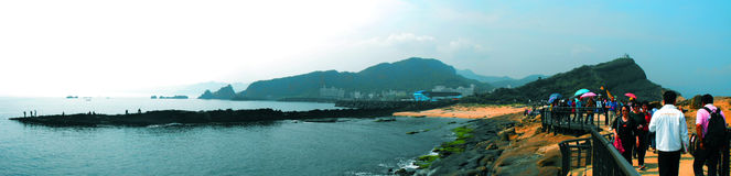 Vue panoramique de roche de tête de la Reine dans Yehliu Geopark Photographie stock libre de droits